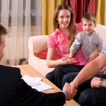 Familie mit Berater zuhause